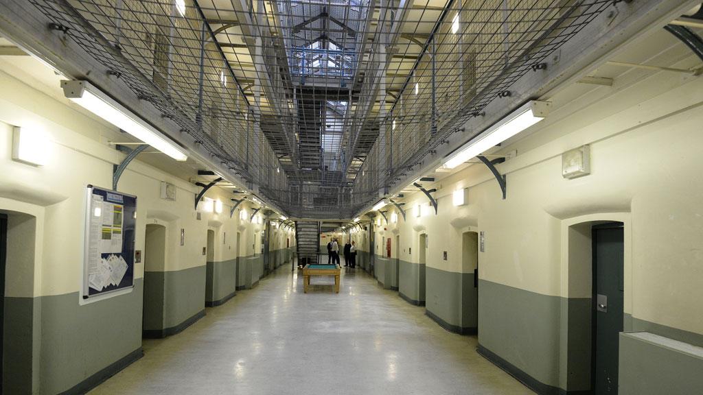 16_prison_r_w